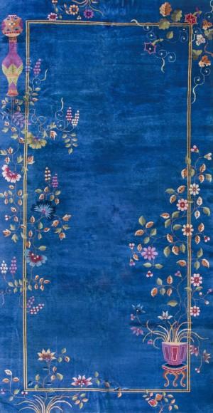1920年代的美国设计师设计的中国地毯。受当时欧洲的Art Deco风格的影响,大胆的用色,加上中国的传统花纹图案,比如牡丹花、梅花、蔓藤、花瓶、屏风等等,形成独特的中国装饰艺术风格。地毯使用羊毛和真-ID:4003685